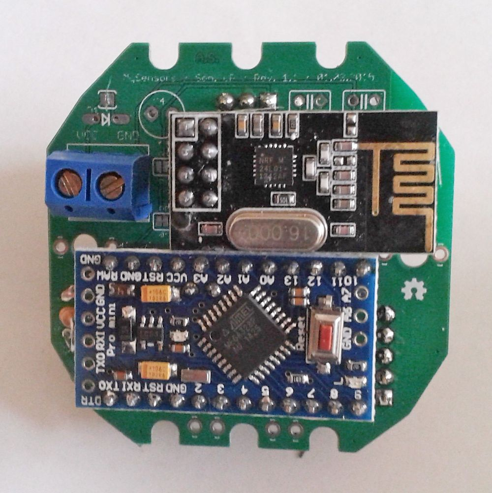 Motion detector with measurement of light intensity, temperature and ...